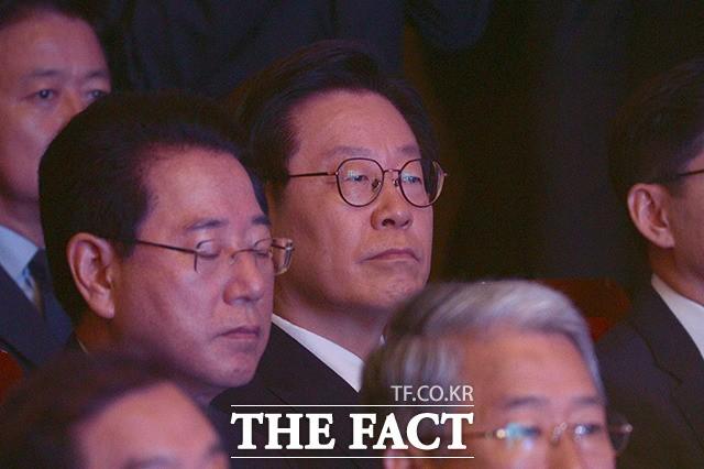 '김대중 전 대통령 추도식…굳은 표정의 이재명 경기도지사'