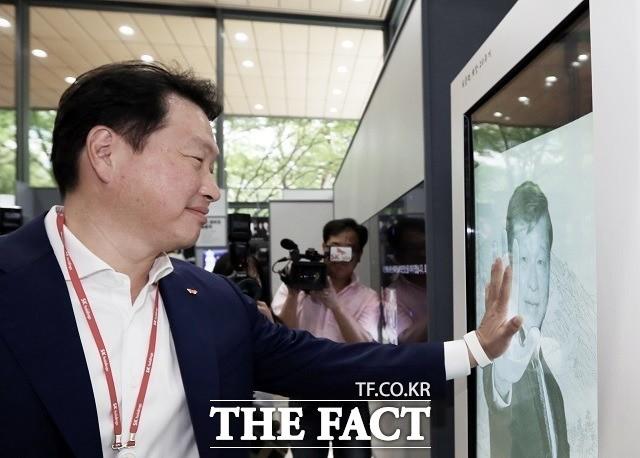 """아버지 손 잡은 최태원 SK 회장, """"그립습니다!"""""""