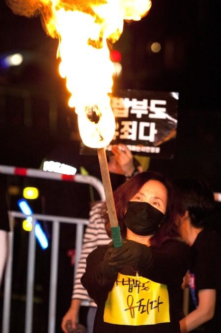 안희정·사법부를 향한 '분노의 횃불'