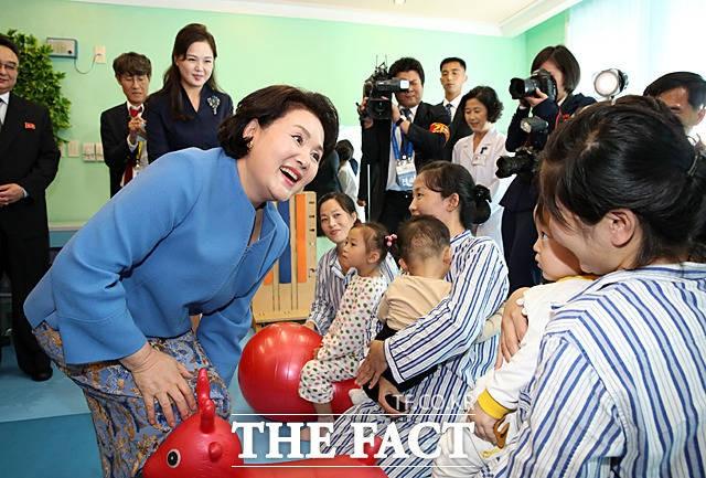 평양 옥류아동병원 찾은 김정숙-리설주 여사