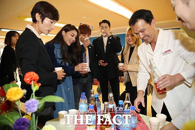 북한 음료수 맛보는 '에일리·지코·알리 등 특별수행단'