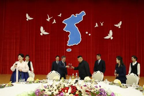"""""""백두에서 한라까지"""" 외치며 건배한 남북정상"""