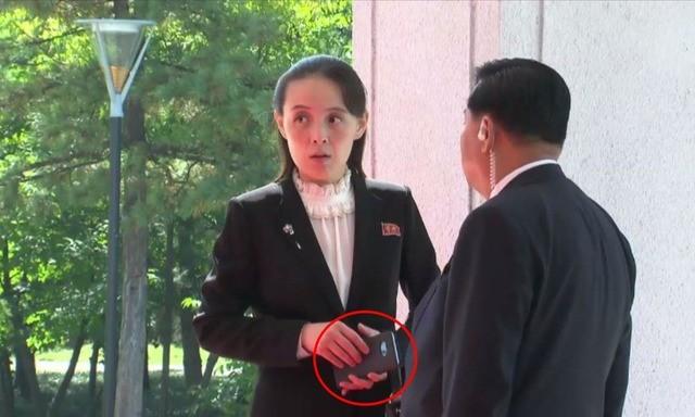 '실세' 김여정, 애지중지 '스마트폰' 모델은?