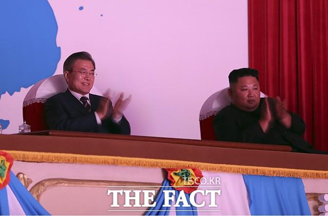 문재인-김정은, '삼지연 악단 공연 함께 감상'
