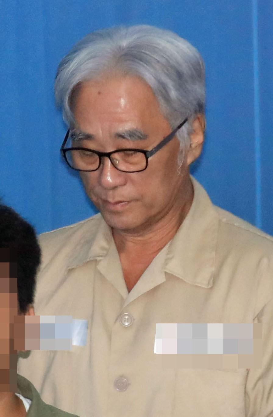 """""""이윤택, 추행 명백·책임 전가"""" 징역 6년 선고…미투 첫 실형"""