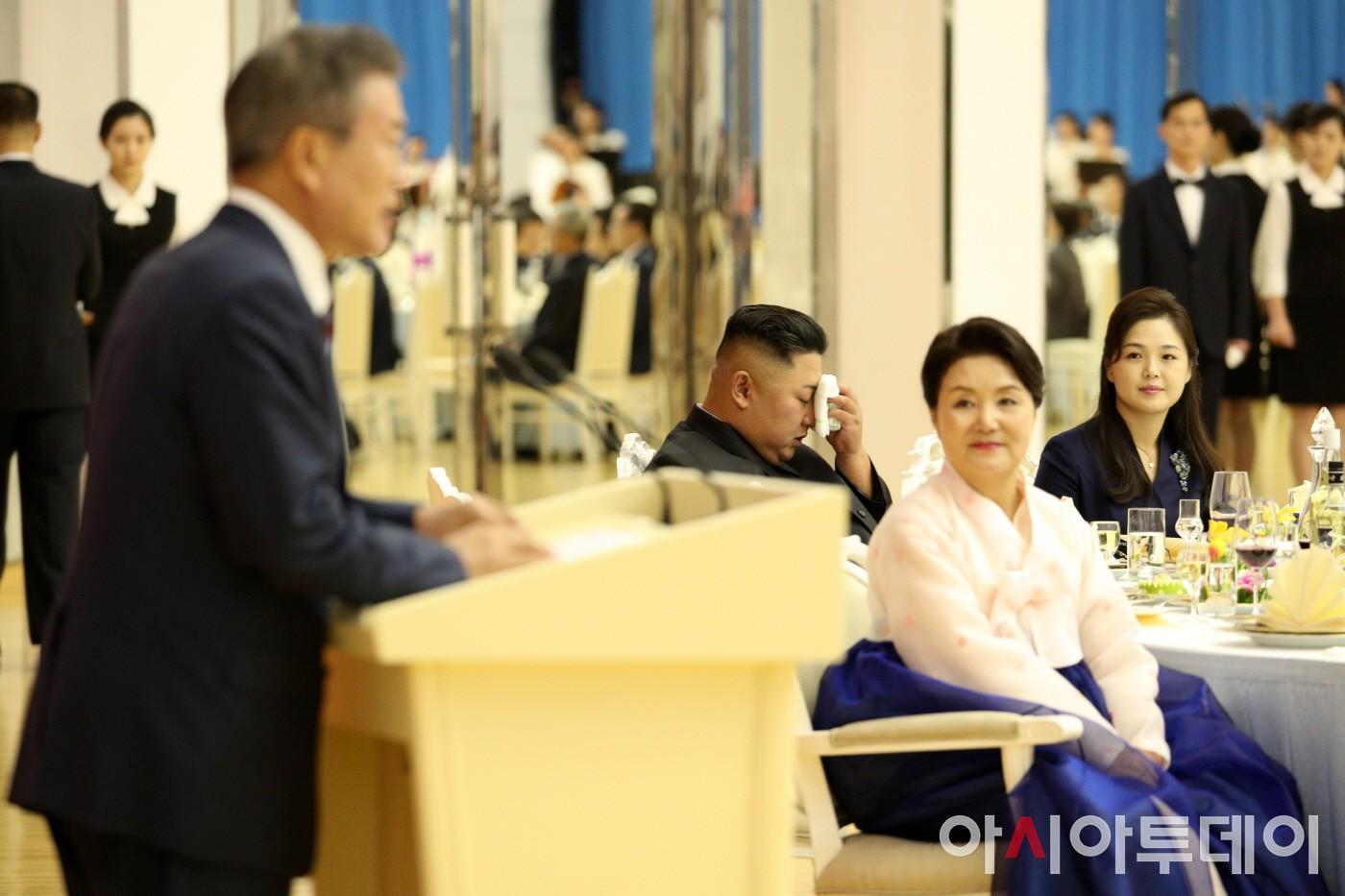 땀 닦는 김정은 국무위원장