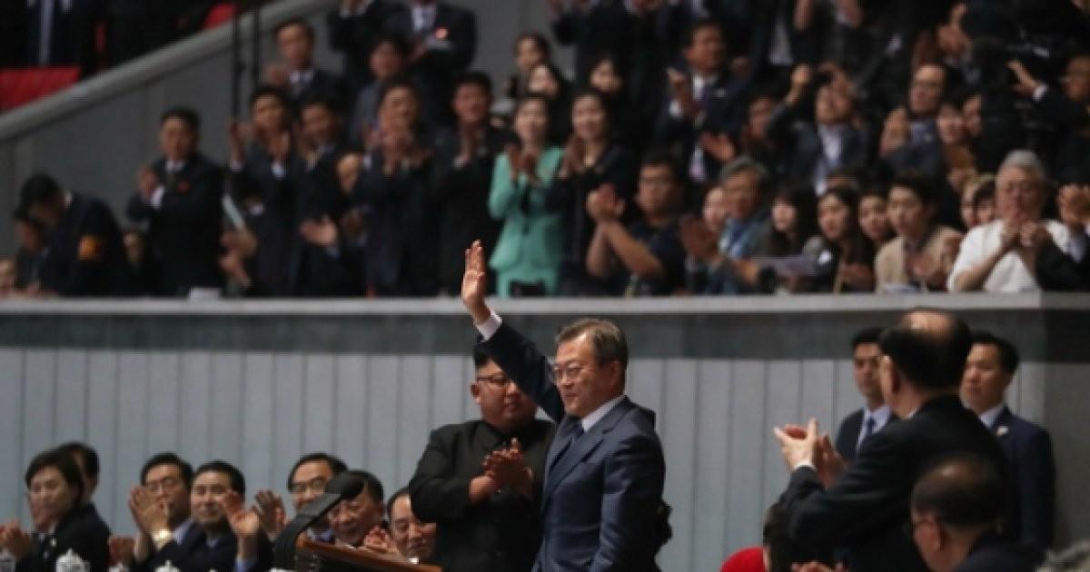 '등산왕' 文대통령 탄 비행기, 백두산行 이륙