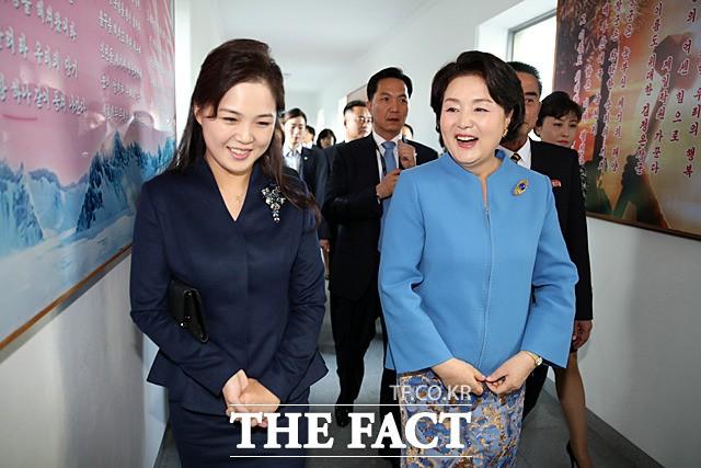 """김정숙 여사, 소개 센스 """"가장 핫한 사람""""...누리꾼 """"하태핫태?"""""""