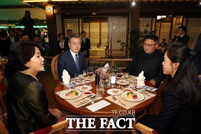 '저녁 만찬 함께하는 남북 두 정상'