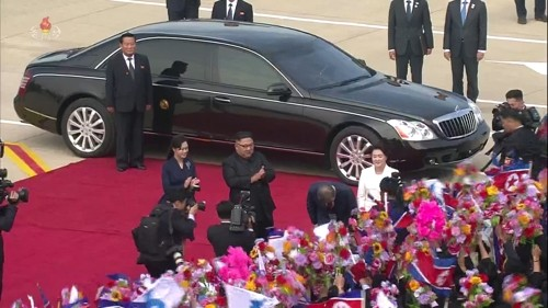"""북한TV, 문 대통령 90도 인사 영상 방영…""""北 주민에 충격"""""""