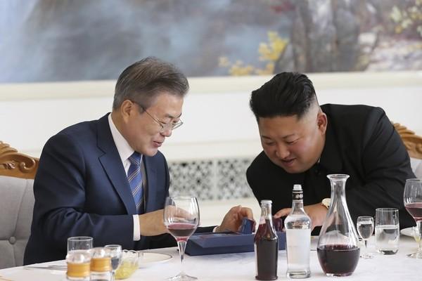 문 대통령, 김정은 위원장에 기념주화 선물