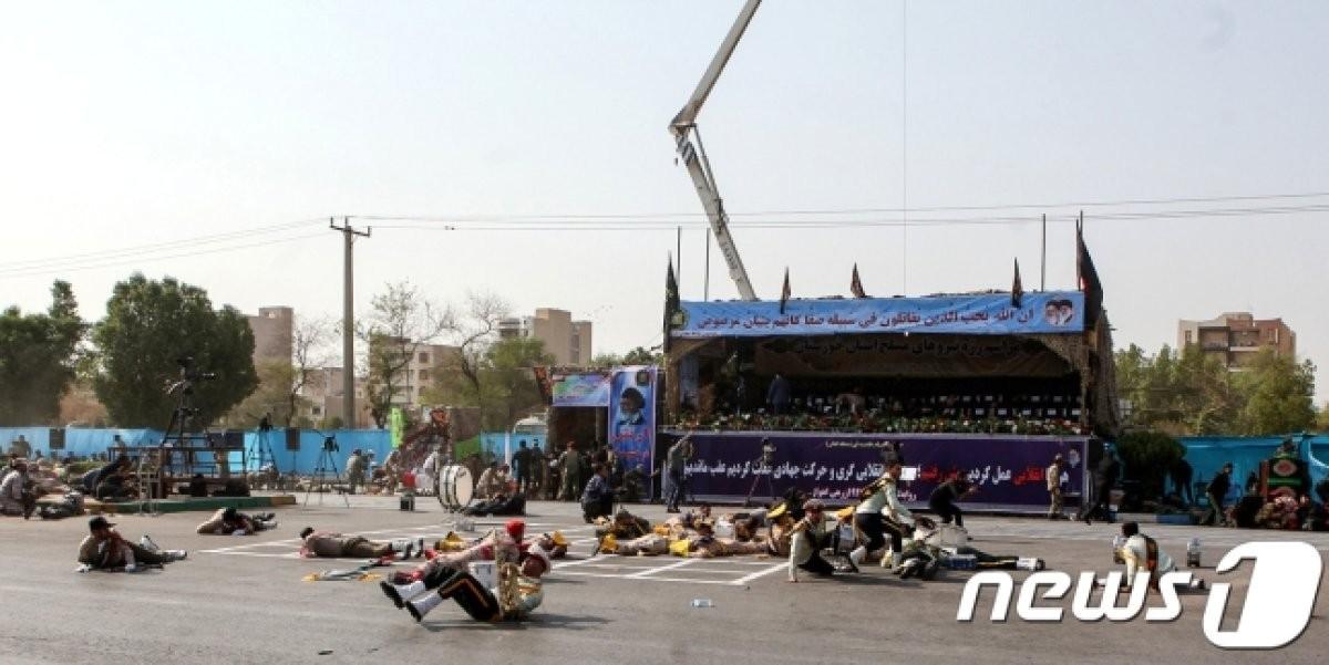 이란 군퍼레이드 중 괴한 총격…군인 8명 사망