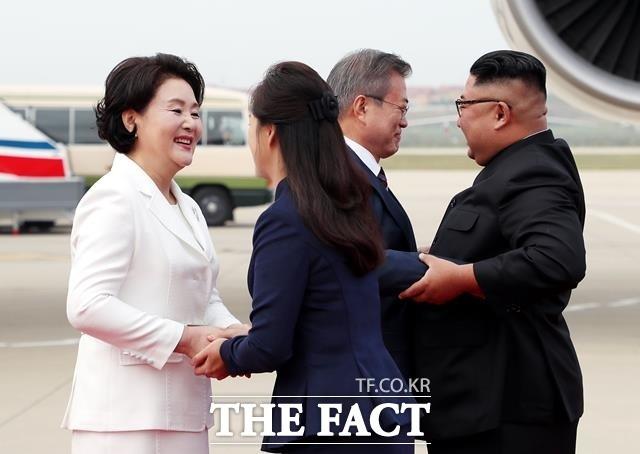 """""""네? 김정은 위원장이 '손가락 하트'를 배웠다고요?"""""""