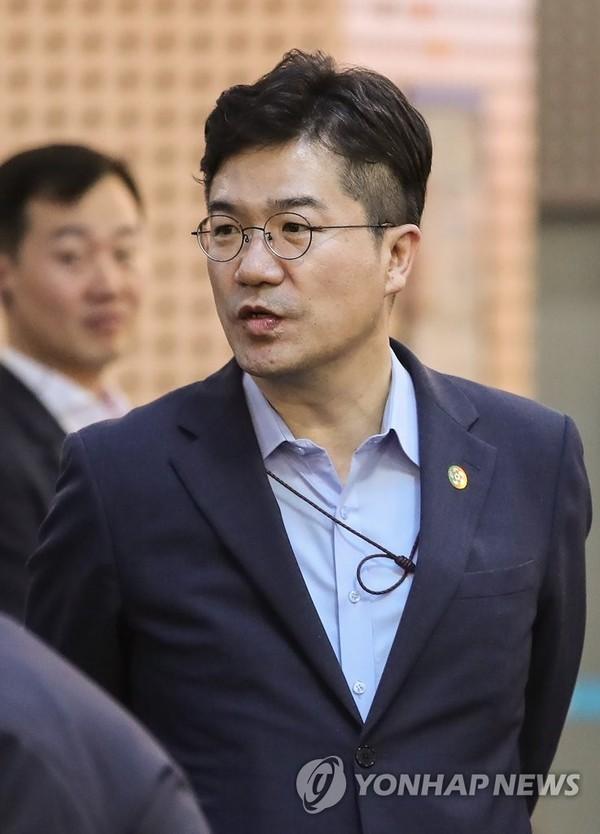 송인배 비서관, 이사로 있던 골프장 압수수색…'불법자금 의혹'