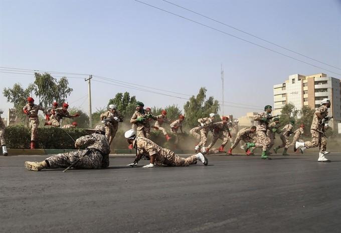 """이란 군 퍼레이드 도중 총격으로 80여명 사상…IS """"우리 소행"""""""