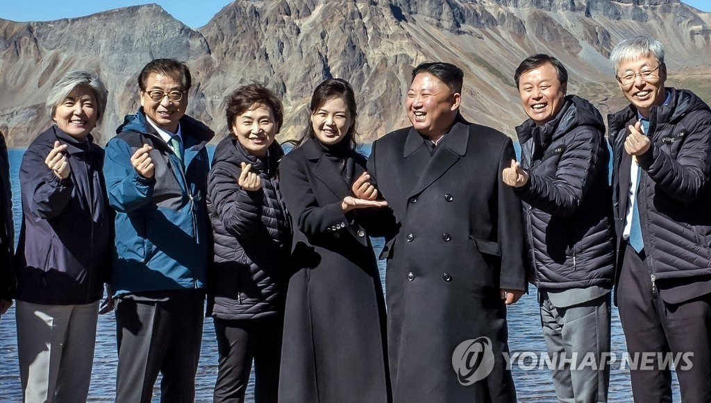 """""""모양이 안 나옵니다"""" 김정은 '손가락하트' 사진 공개"""