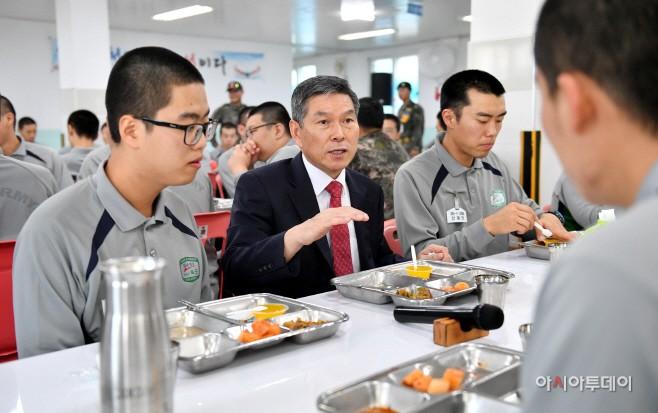 정경두 국방장관, 취임 후 첫 일정으로 훈련병 격려