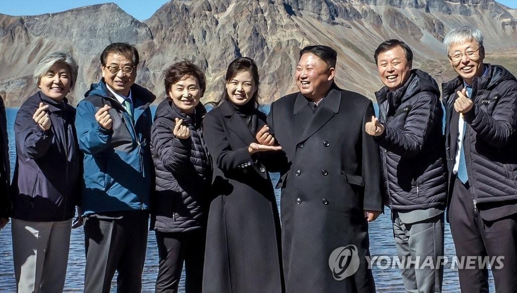 김정은 위원장과 리설주 여사, 백두산서 '손가락 하트'