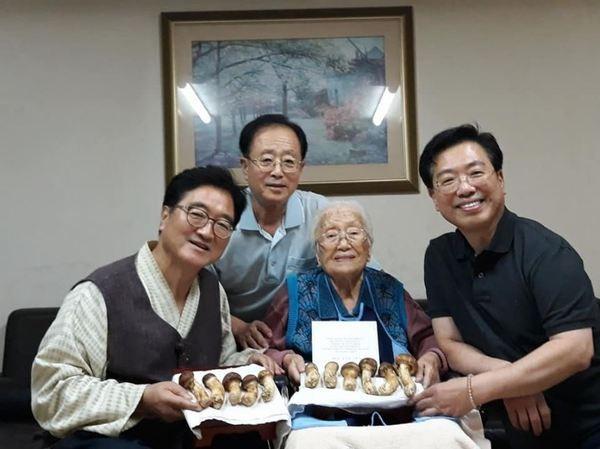 """우원식 """"102세 이산가족 어머니, 송이 받고 어린아이처럼 기뻐하셔"""""""