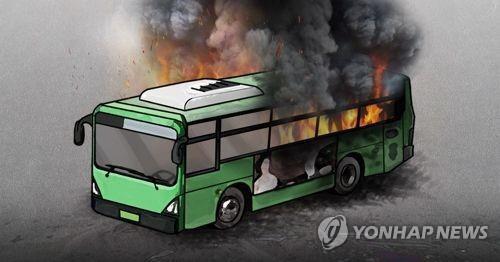 천안서 방화 추정 화재로 관광버스 전소…40대 남성 체포