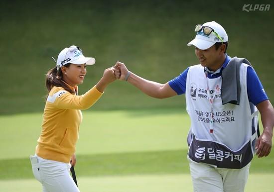 박세리 인비테이셔널, 버디 성공 후 캐디와 기쁨을 나누는 허다빈