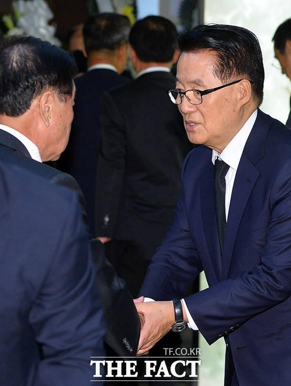 부인상 슬픔에도 묵묵히 조문객 맞는 박지원 의원