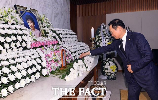 홍영표 원내대표, '박지원 의원 부인 빈소 조문'
