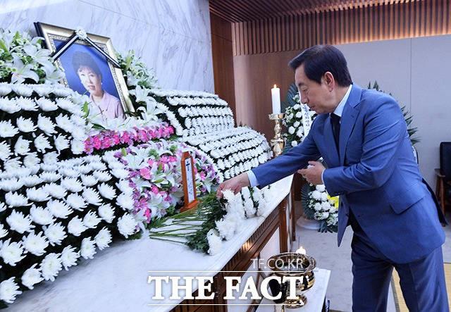 박지원 의원 부인 빈소에서 헌화하는 김성태 원내대표