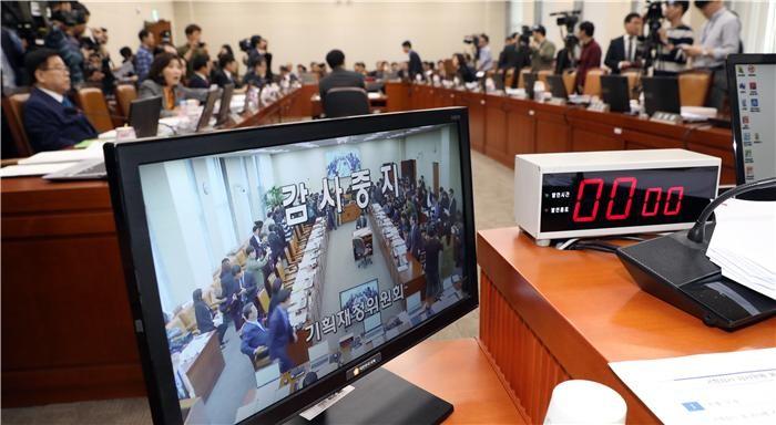 (2018 국감)기재위 국감, 심재철 사퇴공방으로 얼룩