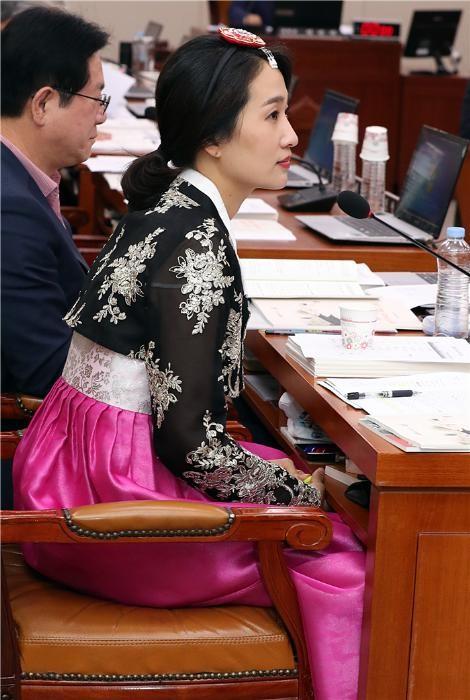 (2018 국감)검정 저고리에 분홍치마, 문광위원들 한복입고 국감
