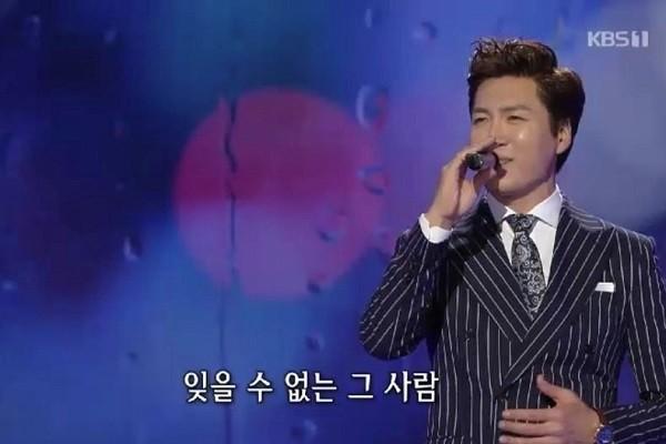 MCN뉴스 | 홍원빈 <가요무대>에서 배호의 '비 내리는 명동' 불러 재조명
