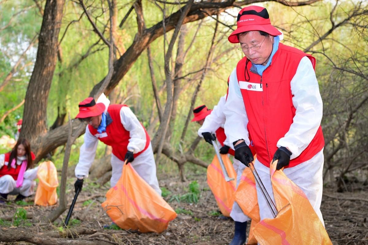 박진수 LG화학 부회장, 임직원들과 밤섬 환경정화 활동