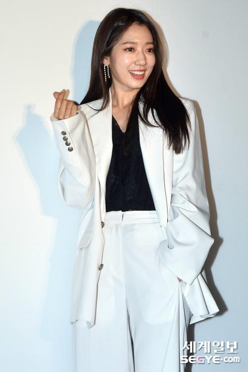 박신혜 '깜찍한 손하트'