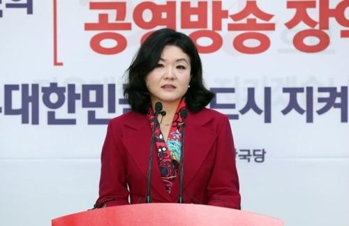 """역풍 부는 김정숙 여사 패션 '저격'…""""공감 안가는 논란 만들기"""""""