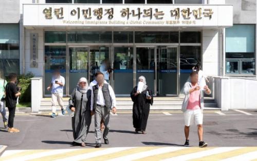 """""""한명도 없다니, 당혹"""" vs """"당장 추방을""""…예멘 난민심사 갈라진 민심"""