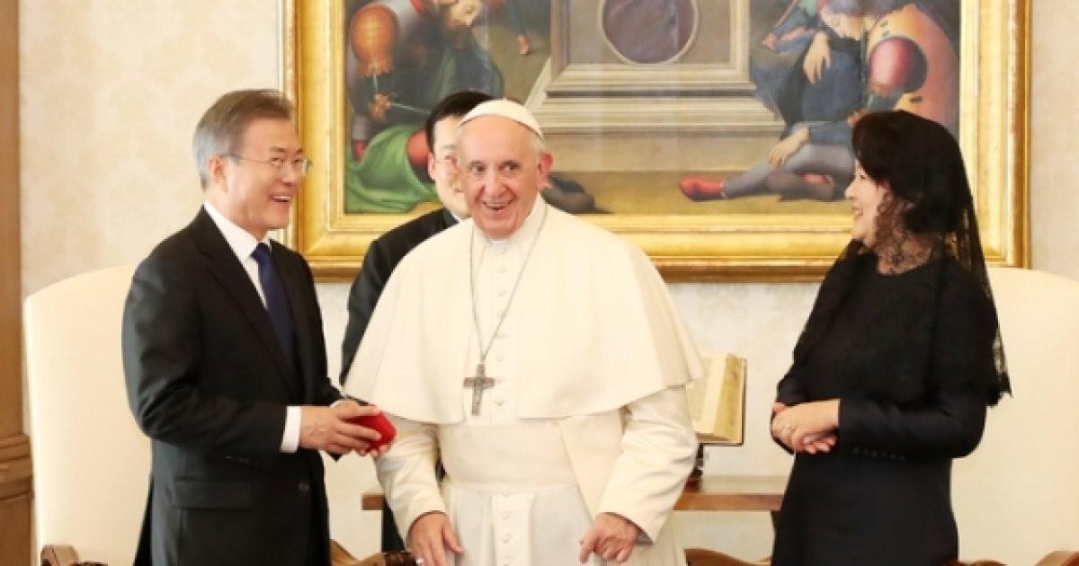 프란치스코 교황, 文대통령에 묵주 선물..벌써 두번째