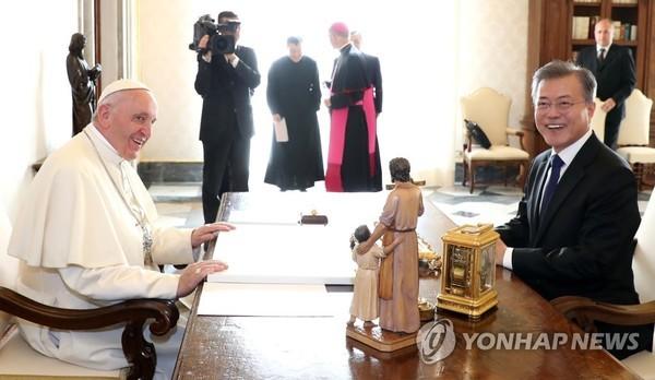"""문재인 대통령 """"한반도 평화 지지 요청""""…교황 """"전세계와 기도하겠다"""""""