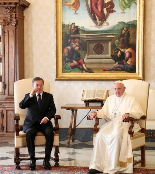 교황, 서재에서 文대통령과 35분 단독면담
