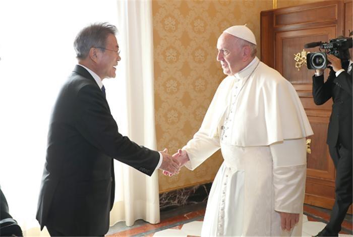 """프란치스코 교황, 김정은 방북초청에 """"공식 초청장오면 갈 것"""""""