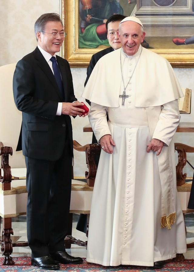 """청 """"교황 '갈 수 있다' 영어로 available"""""""