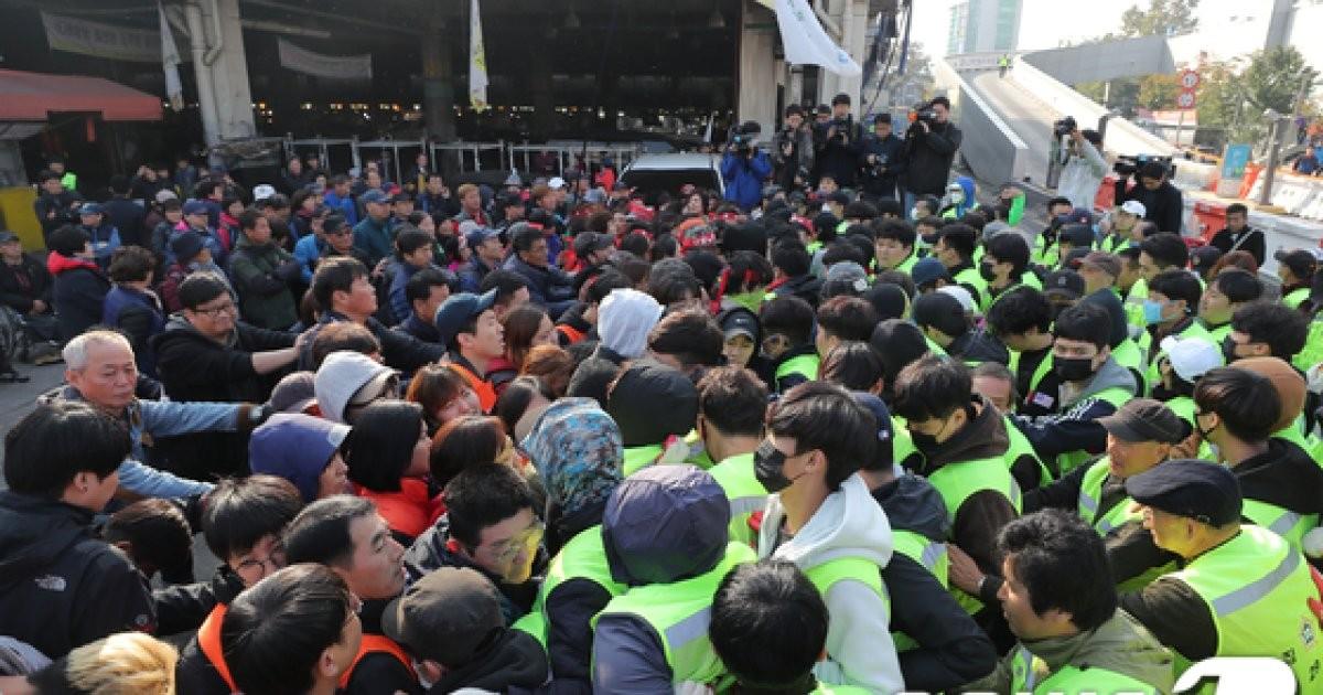 노량진 옛 수산시장 4차 강제집행...충돌하는 상인과 집행관
