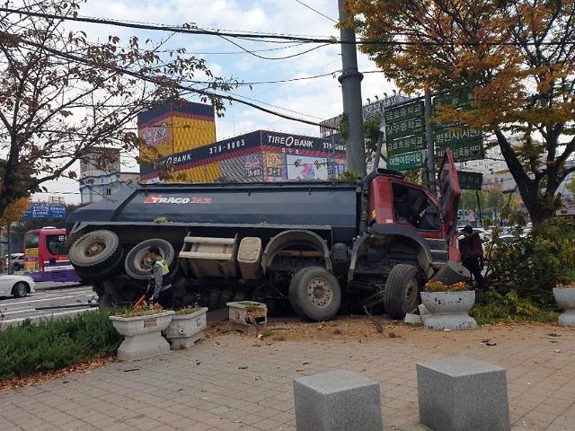 광주 서구 운천저수지 근처서 25t 덤프트럭, 가로수 들이받고 인도로 넘어져