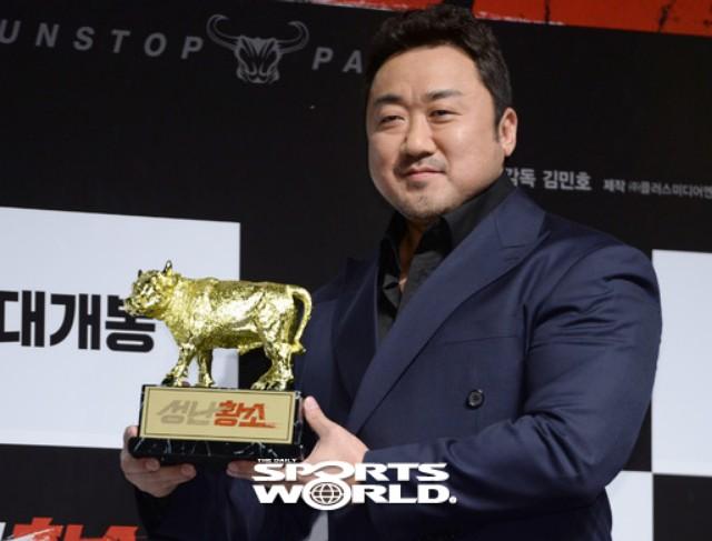 배우 마동석, 황소들고 포~즈