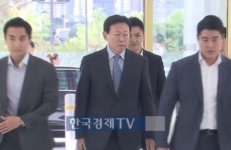 """경영복귀 신동빈 '통 큰 투자'…롯데 """"5년간 50조 투자·7만명 고용"""""""