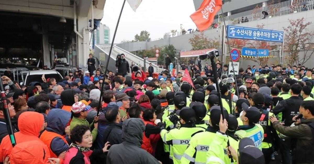 옛 노량진 수산시장 4차 강제집행…상인들 반발로 무산