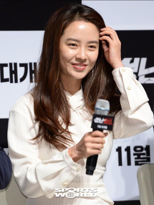 배우 송지효, 자체발광 미모