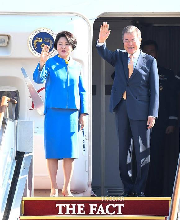 ASEAN-APEC 정상회의 참석차 출국하는 문재인 대통령
