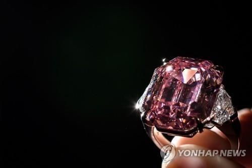 '핑크 다이아몬드' 크리스티 경매서 574억원에 낙찰
