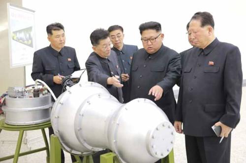 트럼프 보란 듯 김정은 '신형 첨단전술무기' 실험 현지지도