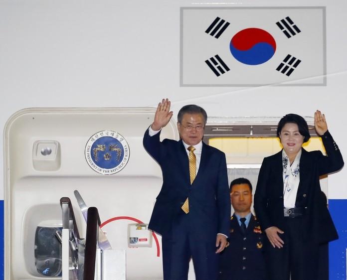 문재인 대통령, 아세안·APEC 일정 마치고 귀국…순방 성과 점검